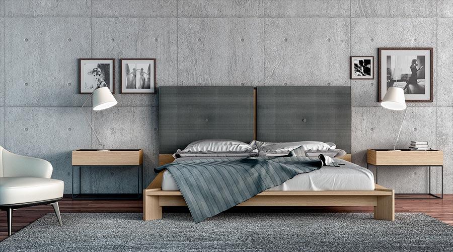 Un suelo de madera vestido con alfombras aporta calidez al dormitorio