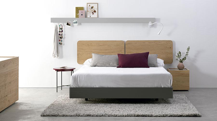 Coloca mesitas de noche distintas a los lados de la cama para darle un toque especial al dormitorio